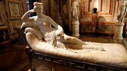 Turista si siede sulla scultura di Paolina Borghese per un selfie: danneggiata