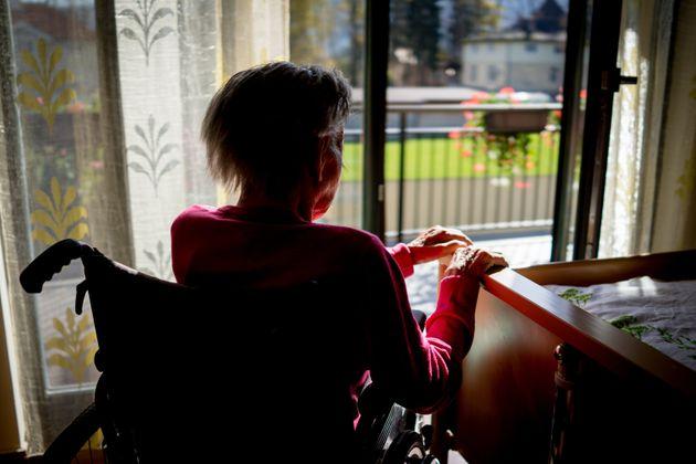 Maltrattava anziani disabili |  arrestata  Tra le vittime anche la madre |  80enne non vedente