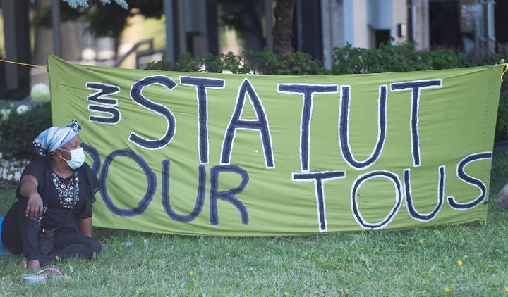 Un «sit-in» a eu lieu le 1er août devant le bureau de circonscription de Justin Trudeau à Montréal pour réclamer la régularisation de tous les sans-papiers vivant au Canada.