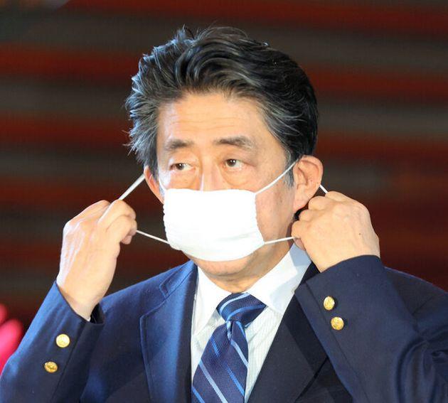 布マスクをつける安倍晋三首相=4月25日午後、首相官邸、林敏行撮影