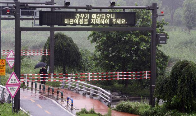 중부지방 곳곳에 호우특보가 발효된 2일 오전 출입이 통제된 서울 도림천에서 시민들이 산책을 하고 있다. 전날(1일) 집중 호우로 불어난 도림천에서 고립됐다가 구조된 80대 남성이 병원으로...