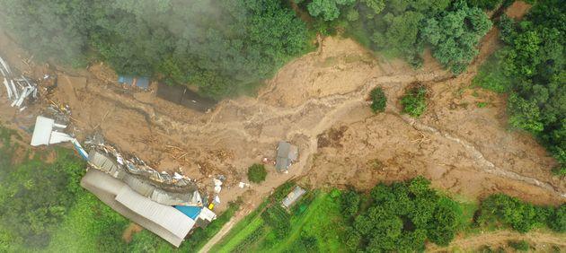 2일 오전 경기도 안성시 일죽면 화봉리에서 폭우로 산사태가 발생해 양계장이 무너져 1명이