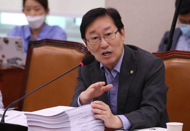 박범계 더불어민주당 의원이 지난달 27일 오후 서울 여의도 국회에서 열린 법제사법위원회 전체회의에서 의사진행발언을 하고 있는