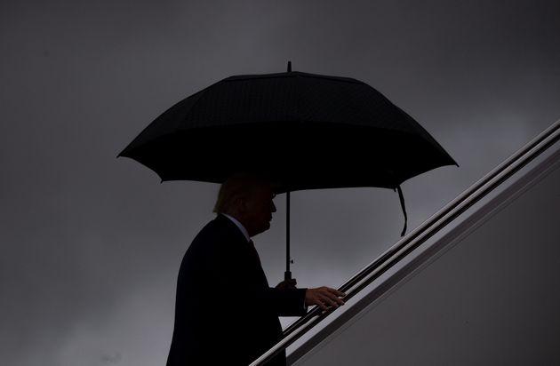 도널드 트럼프 미국 대통령이 플로리다주로 떠나기 위해 전용기에 탑승하고 있다. 2020년