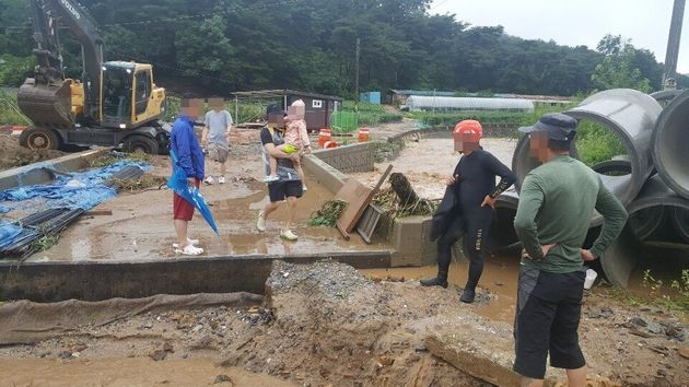 2일 오전 충북 북부지역에 많은 비가 내리면서 제천 금성 월림리 한 야영장에 토사가 유출돼 야영객이 대피하고