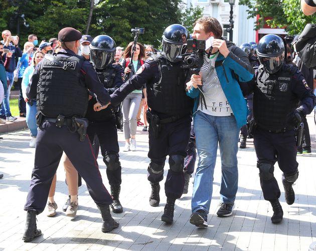 당국의 불허 결정에도 거리로 나선 시위대를 해산하기 위해 경찰 병력이 투입됐다. 하바롭스크, 러시아. 2020년