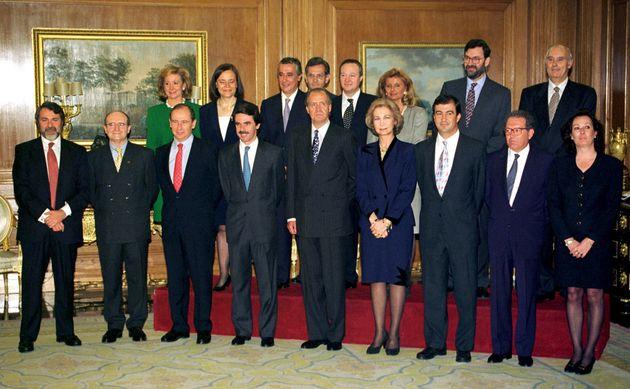 Edurado Serra, segundo por la derecha en la fila de abajo, en la foto de familia de los ministros de...