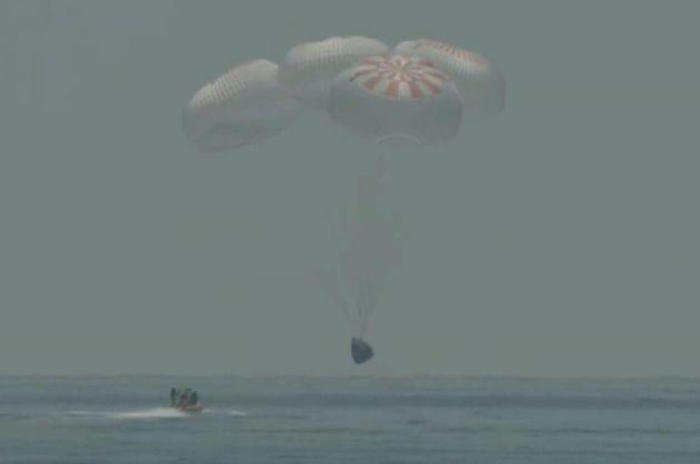 En moins d'une heure, à bord du Dragon de SpaceX, Bob Behnken et Doug Hurley sont passés...
