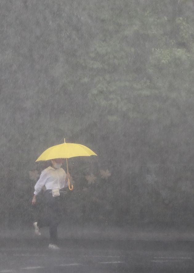 서울 전역에 호우경보가 발효된 2일 서울 종로구 세종대로 인근에서 우산을 쓴 시민이 발걸음을 재촉하고