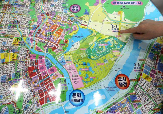 (자료사진) 세종시의 한 공인중개사무소에서 공인중개사가 지도에서 국회 이전 부지를 가리키고