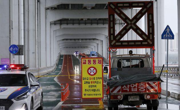 2일 오후 서울 잠수교의 보행자 통행로가 통제되고 있다. 서울시는 이날 오후 3시 10분부터 잠수교를 통제한다고 밝혔다. 이는 한강 상류에 내린 비로 팔당댐 방류량이 증가하면서 한강...