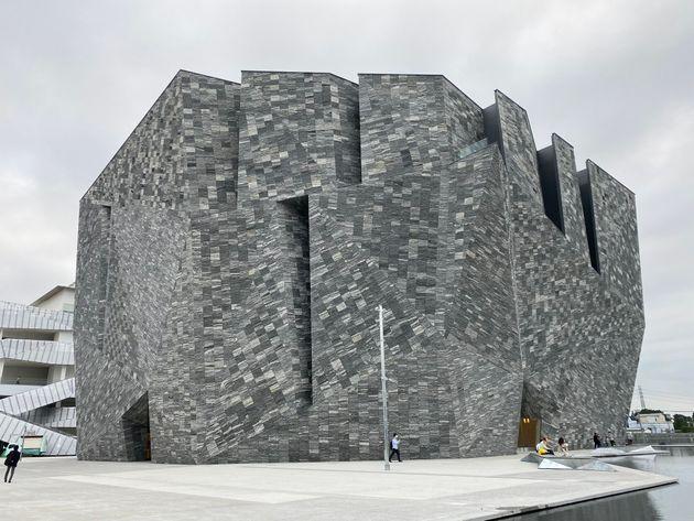 武蔵野台地の足元の地面を割ってくる大地のエネルギーを1200トンもの花崗岩で表現
