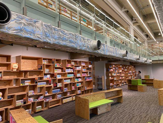 マンガ・ラノベ図書館では、独自の分類による配架がされている。書架も隈研吾さんのデザイン