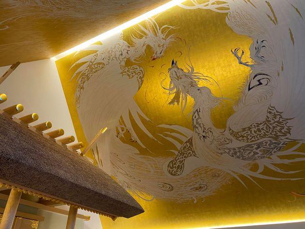 武蔵野坐令和神社。天野喜孝さんによる鳳凰の天井画が描かれている
