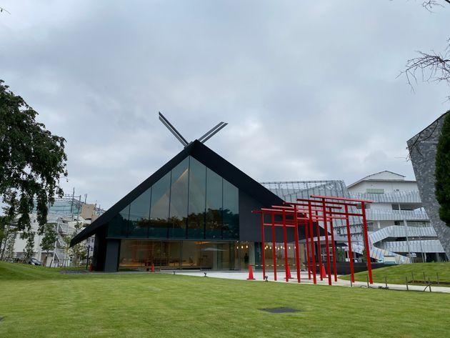 角川武蔵野ミュージアムに隣接して建立された「武蔵野坐令和神社」(むさしのにます うるわしき やまとの みやしろ)。こちらも隈研吾さんが建築デザインをした。COOL