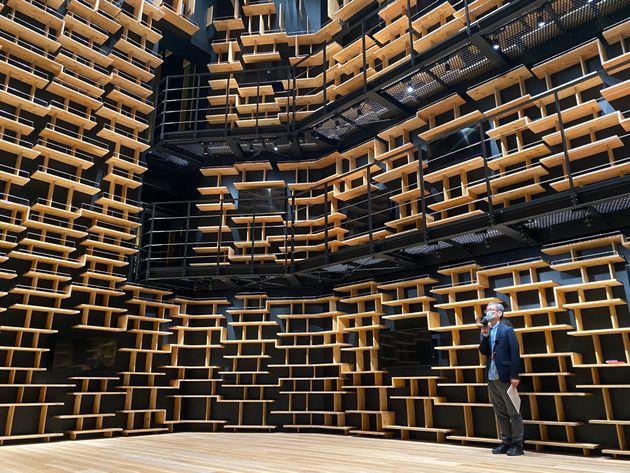 360度を本で囲まれる予定の「本棚劇場」。高さ8メートルの書架は圧巻だ