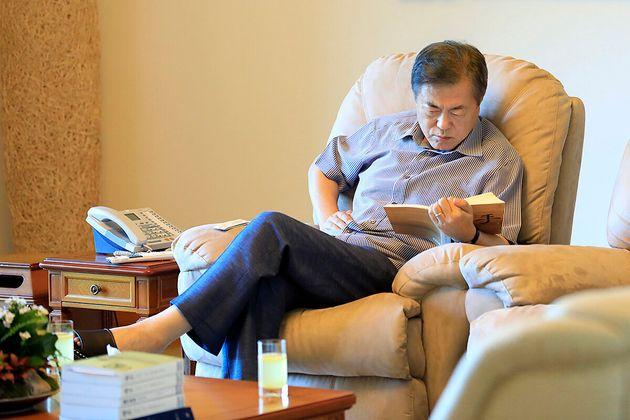 (자료사진) 2018년 여름휴가지로 계룡대를 찾은 문재인 대통령이 책을 읽고 있는