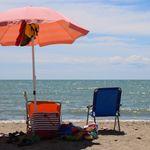 Turista partorisce in spiaggia. Infermiera salva mamma e bimbo: