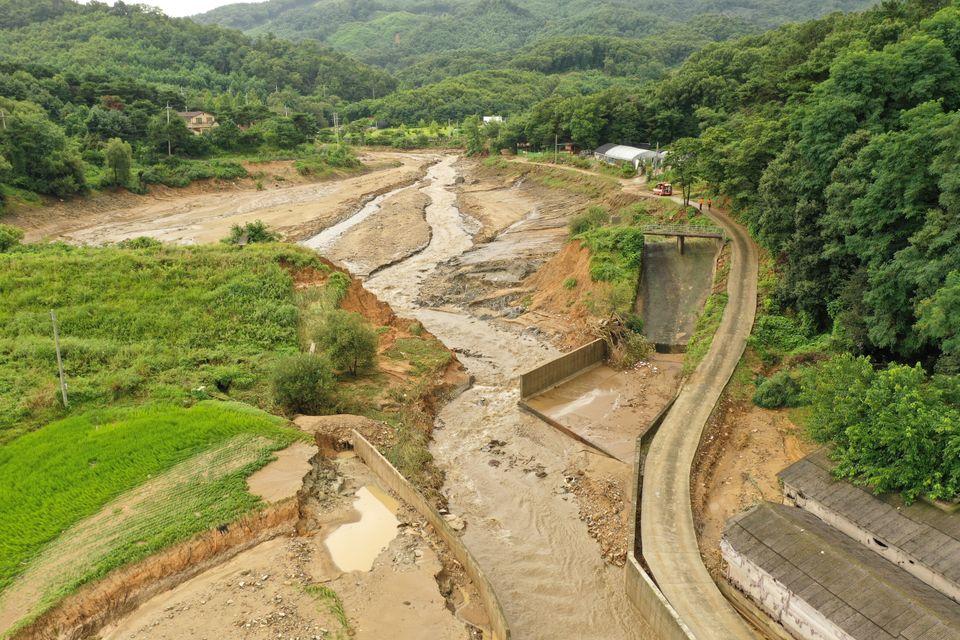 2일 오전 경기도 이천시 율면 산양저수지 둑 일부가 폭우로 붕괴돼