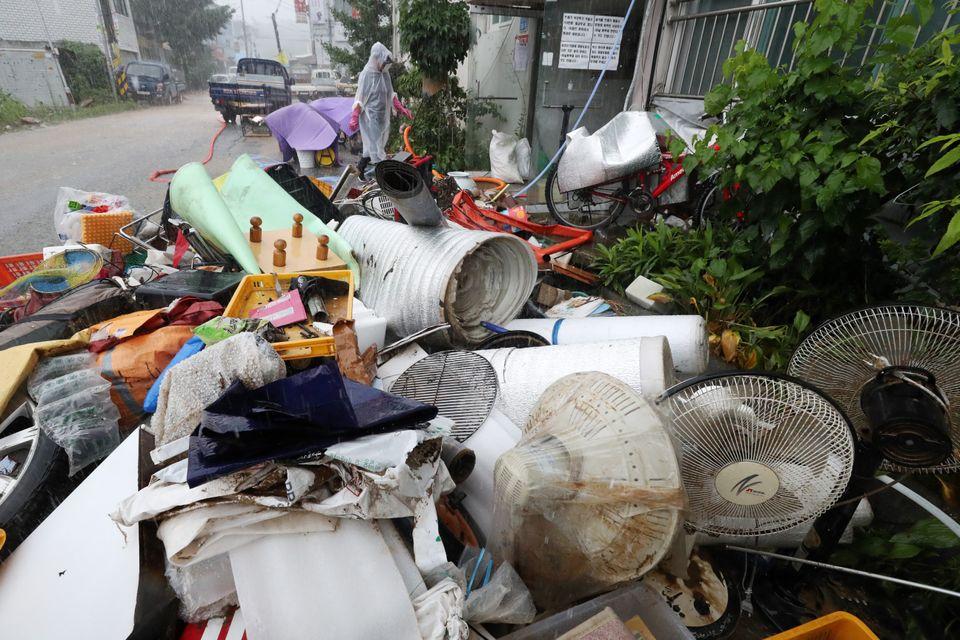 3일 오후 경기도 용인시 처인구 백암면의 한 아파트에서 주민들이 폭우에 잠긴 생활용품들을 꺼내고