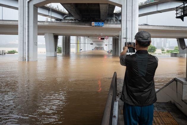 3일 중부지방에 집중되고 있는 폭우로 한강수위가 상승, 서울 잠수교 일대가 침수로 통제되고