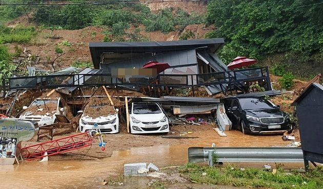 3일 폭우가 쏟아진 경기도 가평군 가평읍 산유리의 한 펜션에서 토사가 무너져 4명이 매몰되는 사고가