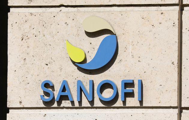 Le logo Sanofi sur le siège de l'entreprise à Paris, le 24 avril