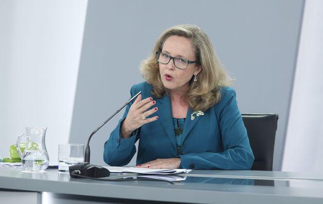 La vicepresidenta de Asuntos Económicos, Nadia Calviño, en una rueda de prensa tras la...