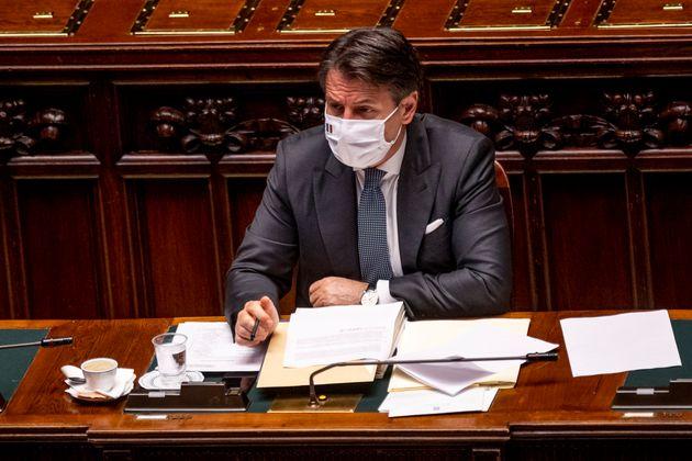 """""""Duri e inflessibili con gli irregolari"""". Conte sposa la linea Di Maio sui migranti"""