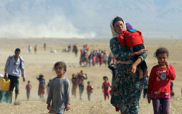 Des personnes Yézidies fuyant la violence des forces loyales à Daech dans la ville de Sinjar...