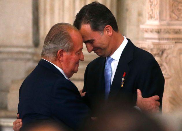 El rey Juan Carlos y el rey Felipe se abrazan durante la abdicación en el Palacio
