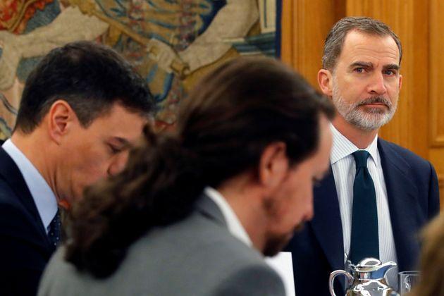 Felipe VI, en un Consejo de Ministros junto a Pedro Sánchez y Pablo
