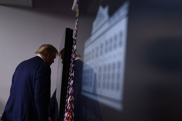 도널드 트럼프 대통령이 코로나19 브리핑을 마치고 백악관 브리핑룸을 떠나고 있다. 2020년