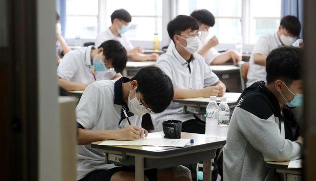 (자료사진) 2021학년도 수능 6월 모의평가가 치러진 6월18일 오전 서울 여의도고등학교에서 고3 수험생들이 시험을 치르고