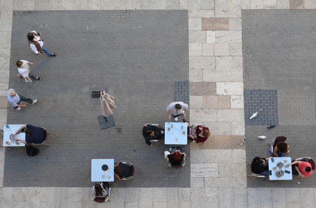 Imagen aérea de una terraza de un bar de Valencia el 18 de mayo de 2020 (REUTERS/Nacho