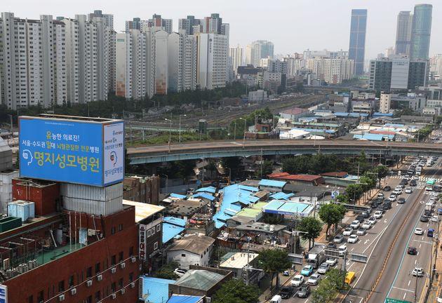 주거 취약층을 지원하기 위한 공공주택 공급사업에 속도가 붙을 전망인 가운데 국토교통부는 영등포 쪽방촌 공공주택사업지역을 공공주택지구로 지정한다고 밝혔다. 사진은 7월 17일 서울 영등포...