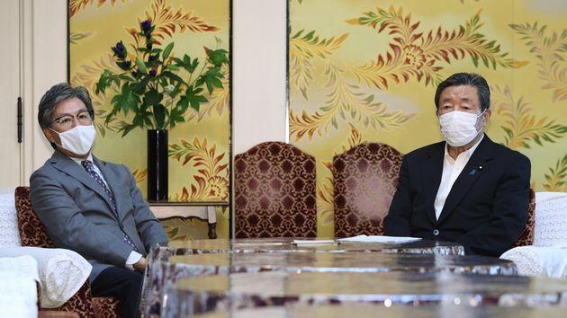 会談に臨む立憲民主党の安住淳国対委員長(左)と自民党の森山裕国対委員長=8月4日、国会内