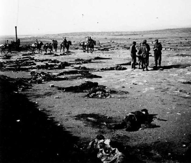 Oficiales españoles inspeccionan los restos de soldados españoles masacrados en el 'Desastre...