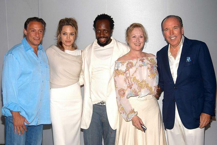Pepe Fanjul posa con las actrices Meryl Streep y Angelina Jolie durante una cena solidaria celebrada en 2005.