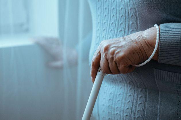 Finge un malore per entrare in casa di una 95enne e la violenta: arrestato 33enne