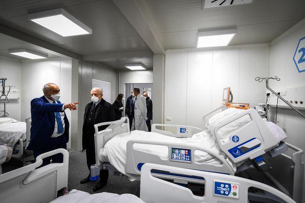 Napoli, ospedali Covid sotto inchiesta: 4 indagati, anche fedelissimi di De Luca