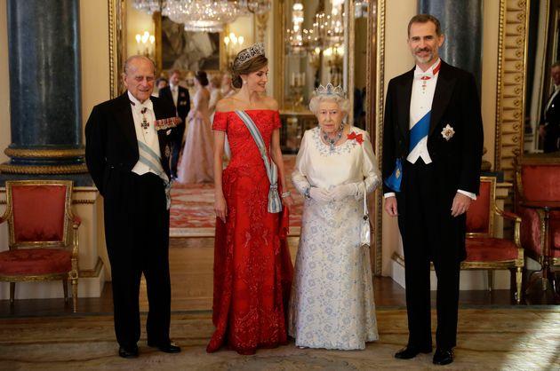 Isabel II, el príncipe Felipe de Edimburgo, la reina Letizia y el rey Felipe, en un almuerzo en...