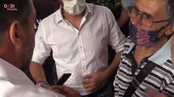 Salvini scatta un selfie in piazza con il fan, poi gli regala la sua