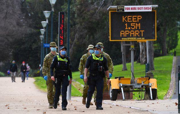 Des policiers et des soldats patrouillant sur un chemin populaire à Melbourne en Australie, le...