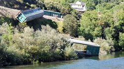 Adif investiga la caída de vagones de un tren descarrilado al río