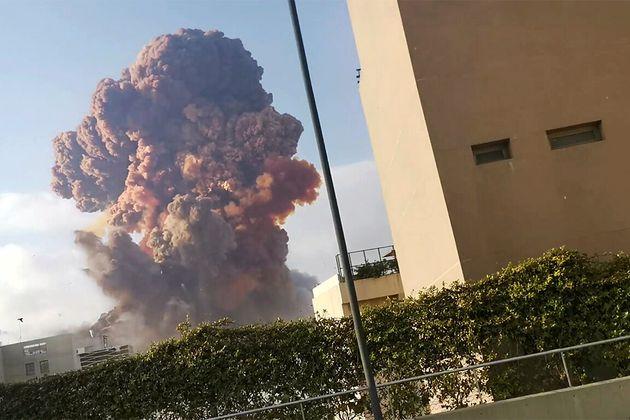 Densa coluna de fumaça é avistada após explosão na região portuária de Beirute, no