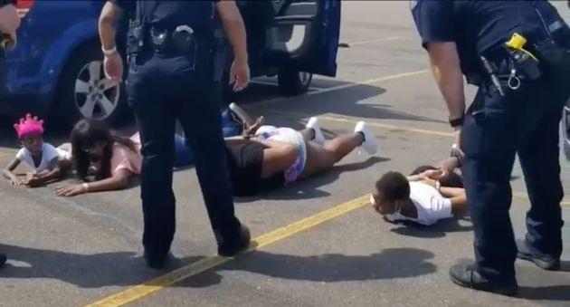 경찰은 땅에 엎드린 아이들에게 총을