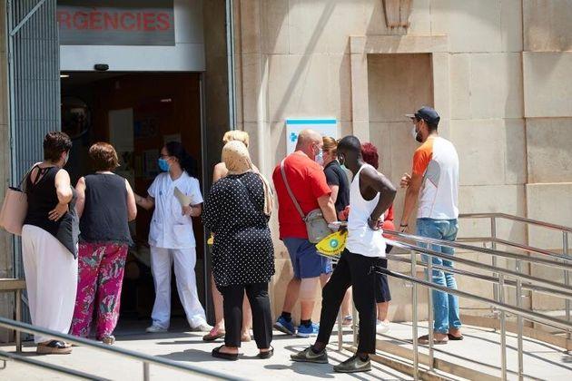 Entrada de urgencias de un hospital de Lleida en plena