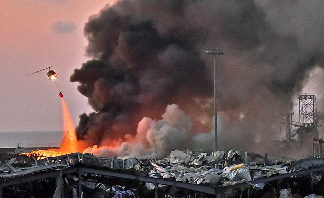 4일 헬리콥터가 폭발 현장에서 화재를 진압하고