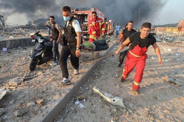 怪我人を運ぶ消防士